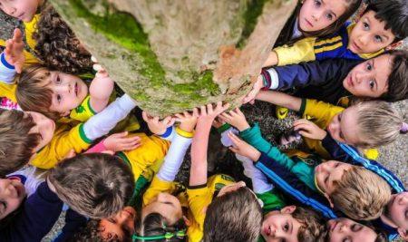 Crianças promovem abraço à árvore em escola infantil de Joinville